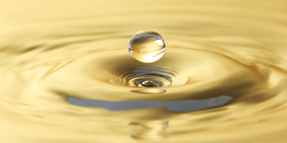 黄金に輝く水滴